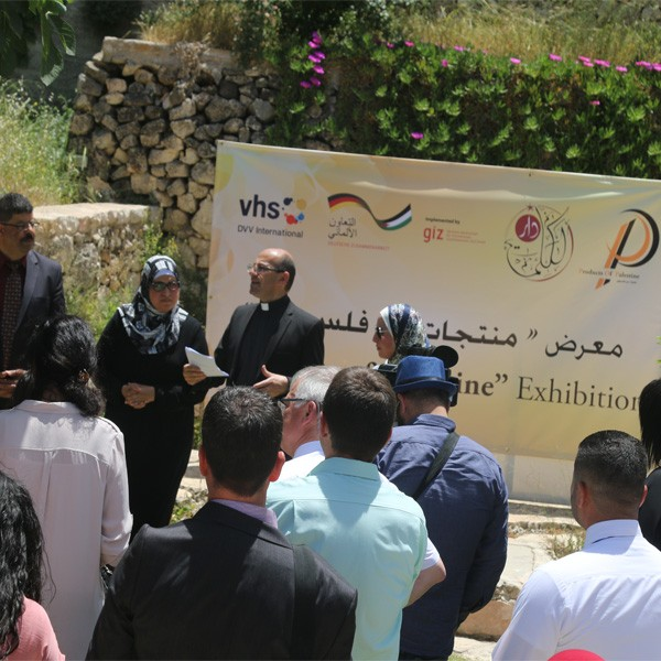 تقرير فضائية القدس التعليمية حول افتتاح دار الكلمة الجامعية معرض منتجات من فلسطين